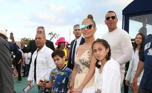 La chanteuse Jennifer Lopez tenant la main de sa fille Emme