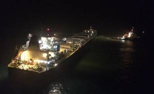Opération de remorquage d'un cargo en perdition par un remorqueur de la Marine nationale, dans la nuit de samedi à dimanche, au large du cap Gris-Nez.