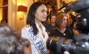 """Le juge des référés du tribunal de grande instance de Saint-Denis a ordonné lundi le """"retrait immédiat"""" des points de vente de la Réunion du dernier numéro du magazine Entrevue, estimant qu'il porte """"atteinte au respect dû à la vie privée"""" de Valérie Bègue, Miss France 2008."""