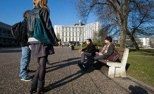 Etudiants sur le campus de l'Université Bordeaux Segalen (Bordeaux 2).