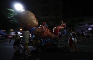 Des militants anti-avortement partent en poussant un fœtus géant après l'adoption de la loi qui légalise l'avortement, près du Congrès à Buenos Aires, le 30 décembre 2020.