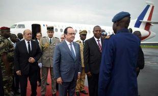 Le président de Centrafrique Faustin Touadera accueille le président français François Hollande à Bangui, le 13 mai 2016