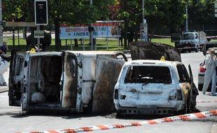 Deux véhicules calcinés après la fusillade qui a coûté la vie à une policière le 20 mai 2010 à Villiers-sur-Marne (Val-de-Marne).