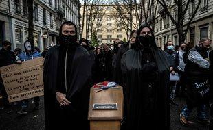 """Lors d'une manifestation à Lyon le 9 novembre 2020 des commerçants jugés """"non-essentiels"""" et toujours fermés sur décision du gouvernement en raison de la crise sanitaire."""