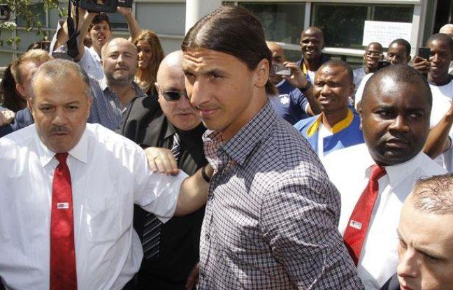 L'attaquant suédois du PSG, Zlatan Ibrahimovic (au centre) à Paris, le 18 juillet 2012 lors de sa sortie de l'hôpital de la Pitié Salpétrière.