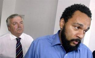 """L'humoriste Dieudonné a été condamné mardi à 7.000 euros d'amende pour des propos antisémites sur la mémoire de la Shoah, notamment l'expression """"pornographie mémorielle"""", tenus lors d'une conférence de presse à Alger en février 2005."""