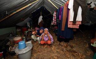 Ces sinistrées vivent dans une tente dans le nord de Lombok après avoir perdu leur maison.