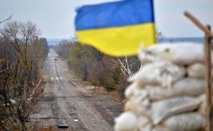 Un drapeau ukrainien sur une position des forces gouvernementales dans le village de Pervomayske, près de Donetsk, à l'est du pays, le 24 octobre 2014