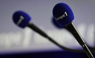 Des micros avec le logo d'Europe 1.