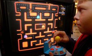 Un enfant devant « Pac-Man », à l'époque où TikTok n'existait pas encore