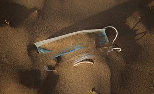 Un masque abandonné sur la plage de Tel-Aviv (Israël), en mai 2020. (illustration)