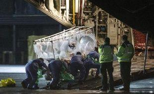 L'infirmière diagnostiquée positive au virus Ebola à Glasgow est embarquée le 30 décembre 2014 dans un avion à destination de Londres où elle rejoindra une unité spéciale au Royal Free Hospital