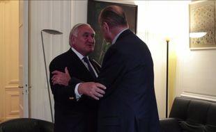 Jean-Pierre Raffarin vient rendre visite à Jacques Chirac dans son bureau parisien.