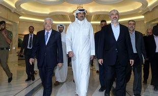 Le président palestinien et le chef du Hamas autour de l'émir qatari, à Doha au Qatar, le 21 août 2014.