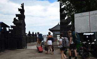 Des touristes se préparent à quitter Bali le 29 novembre 2017.