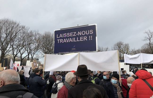 Hoteliers and event professionals gathered in front of the Ministry of Labor on Monday, December 14