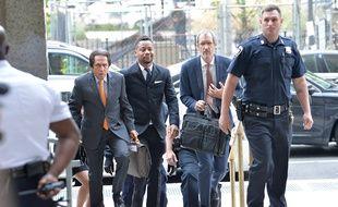 L'acteur Cuba Gooding Jr., entouré de ses avocats, arrivant au tribunal de New York