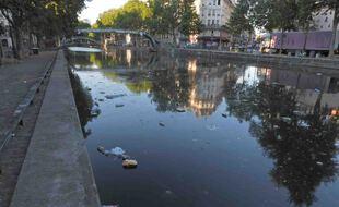 Des détritus dans le canal de l'Ourq à Paris le 1er juin 2020.