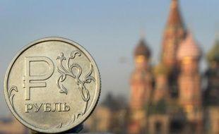Une pièce d'un rouble avec la cathédrale Saint Basile de Moscou comme fond