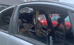 Une voiture brûlée dans le quartier de Cronenbourg, à Strasbourg.