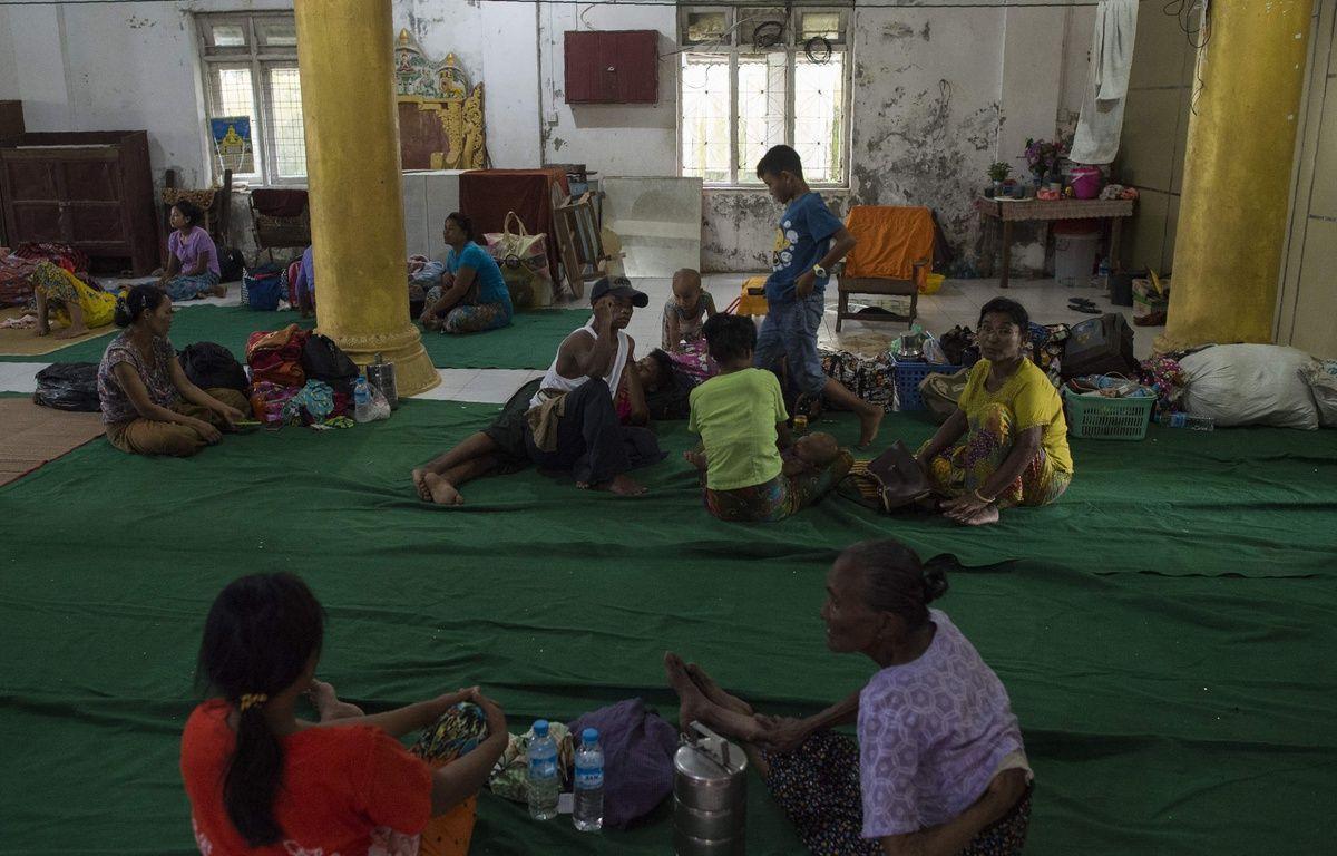 Des réfugiés quittent la Birmanie pour rejoindre le Bangladesh après des affrontements entre l'armée birmane et des rebelles de la minorité rohinga. – AFP