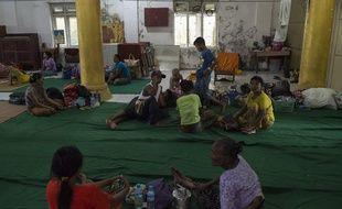 Des réfugiés quittent la Birmanie pour rejoindre le Bangladesh après des affrontements entre l'armée birmane et des rebelles de la minorité rohinga.