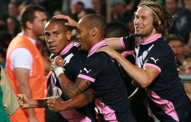 Jussiê célébré par ses coéquipiers Gouffran et Plasil, le 30 août 2012 à Bordeaux.