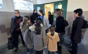 """Quelque 47,92% des enseignants étaient en grève jeudi dans le primaire et 28,03% dans le secondaire, selon le ministère de l'Education, le syndicat FSU annonçant pour sa part 67,5% en primaire (SNUipp) et """"pratiquement 60%"""" dans le secondaire (Snes)."""