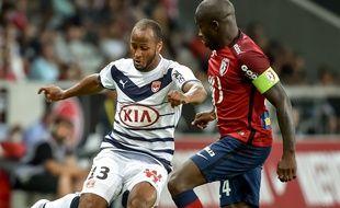 Thomas Touré et Rio Mavuba à la lutte lors du match de Ligue 1 disputé entre le LOSC et les Girondins, le 23 août 2015 à Lille.