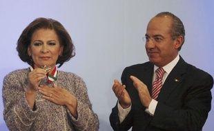 Isabel Miranda de Wallace en compagnie du président mexicain Felipe Calderon à Mexico le 15 décembre 2010.