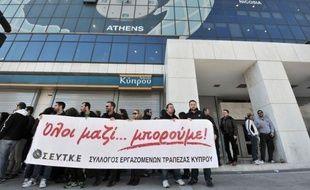 La Banque du Pirée, troisième banque du secteur de crédit en Grèce, va acquérir les filiales chypriotes en Grèce de Cyprus Bank et de Popular Bank, a-t-on appris vendredi de source bancaire grecque.