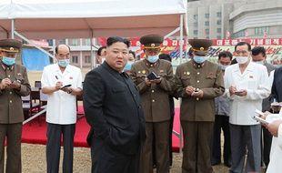 Cette photo non datée transmise le 20 juillet 2020 par l'agence officielle KCNA, montre le leader nord-coréen Kim Jong-un visitant le chantier de construction d'un hôpital à Pyongyang.