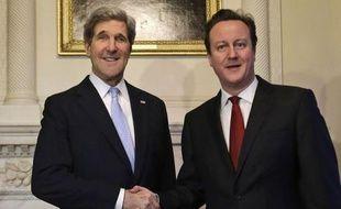 Le secrétaire d'Etat américain John Kerry s'entretenait lundi avec le Premier ministre britannique David Cameron et son homologue William Hague, première étape d'une tournée en Europe et dans le monde arabe pour parler des crises internationales syrienne et iranienne.