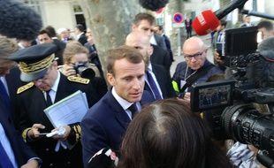 Emmanuel Macron prend un bain de foule avec les habitants de Villalier, dans l'Aude, le 22 octobre 2018.