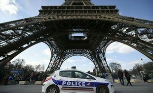 Une voiture de police devant la Tour Eiffel, le 22 mars 2016 à Paris