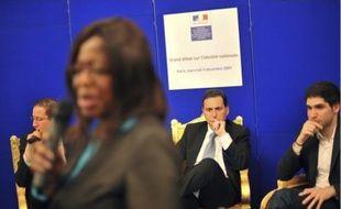Eric Besson (au centre), le 9 décembre à Paris, lors d'un débat sur l'identité nationale.