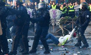 Des CRS interviennent lors de la manifestation des Gilets Jaunes le 17 novembre à Quimper.