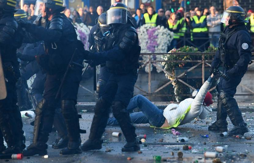 """Résultat de recherche d'images pour """"crs et policiers contre les gilets jaunes"""""""
