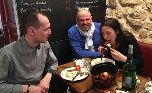 Christian Etchebest entouré de Benjamin et Nathalie à la table du personnel de la Cantine du Troquet