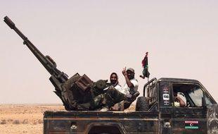 Des rebels dans le désert, près d'une base militaire de Bani Walid, en Libye, le 3 septembre 2011.