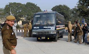 Deux accusés du viol collectif d'une étudiante de 23 ans dans un autobus à New Delhi, décédée des suites de l'agression, vont plaider non coupables, a annoncé mardi leur avocat à l'AFP.