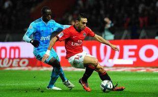 Mevlut Erding (en rouge) du PSG, à la lutte avec le Marsellais Souleymane Diawara