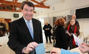 Le ministre du Travail, Xavier Darcos, candidat en Aquitaine a voté au Pyla-sur-Mer.
