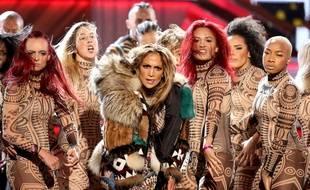. J-Lo était sur scène pour un medley des plus gros titres de l'année entourée d'une dizaine de danseurs tous vêtus d'une combinaison des plus moulées.