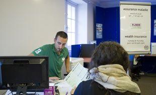 Illustration : un employé de la LMDE renseigne une étudiante.