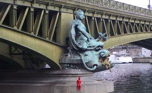 «L'enfant au bonnet d'âne» de James Colomina a pris place sous le Pont-Mirabeau.