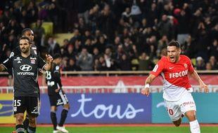 Rony Lopes savoure son but décisif devant les défenseurs lyonnais Jérémy Morel, Marcelo et Kenny Tete, tous abattus dimanche.