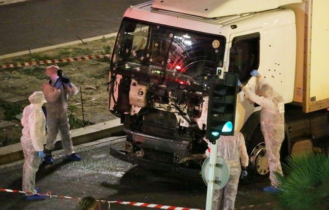 Des enquêteurs autour du camion qui a servi au terroriste pour commettre son carnage.