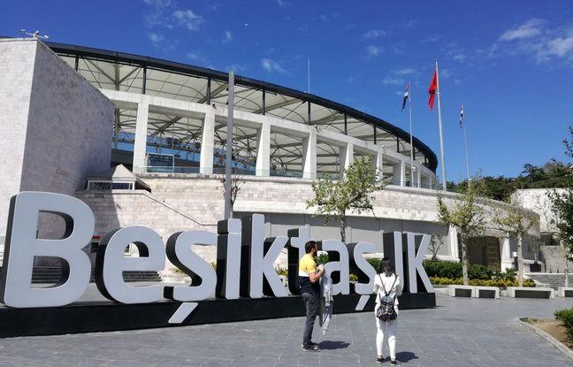 Un couple se prend en photo dans une ambiance tranquille au pied du stade du Besiktas JK.