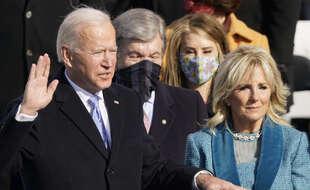 Joe Biden prêtant serment sur la Bible lors de son investiture comme 46e président des Etats-Unis, à Washington le 20 janvier 2020.